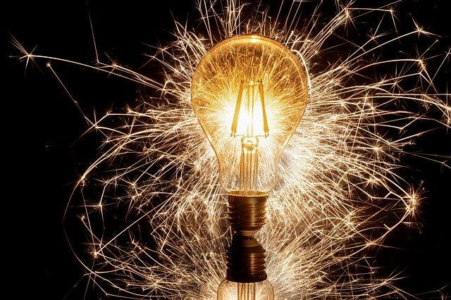 Ampoule étincelante qui illustre la trésorerie