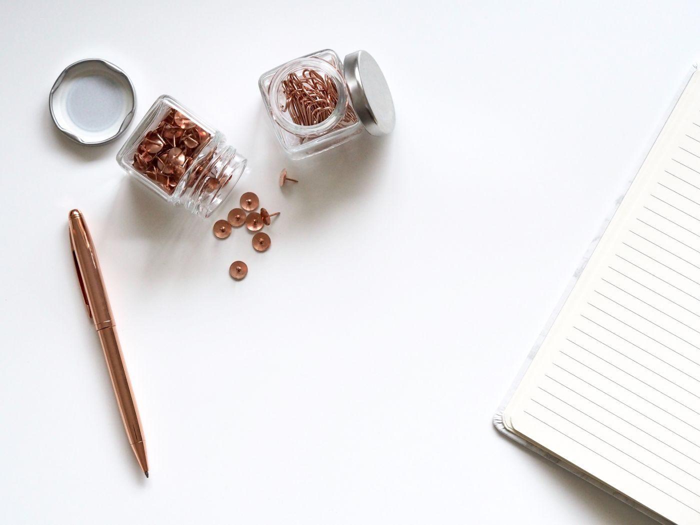 Entreprise à distance: bureau, crayon, bocal de punaise