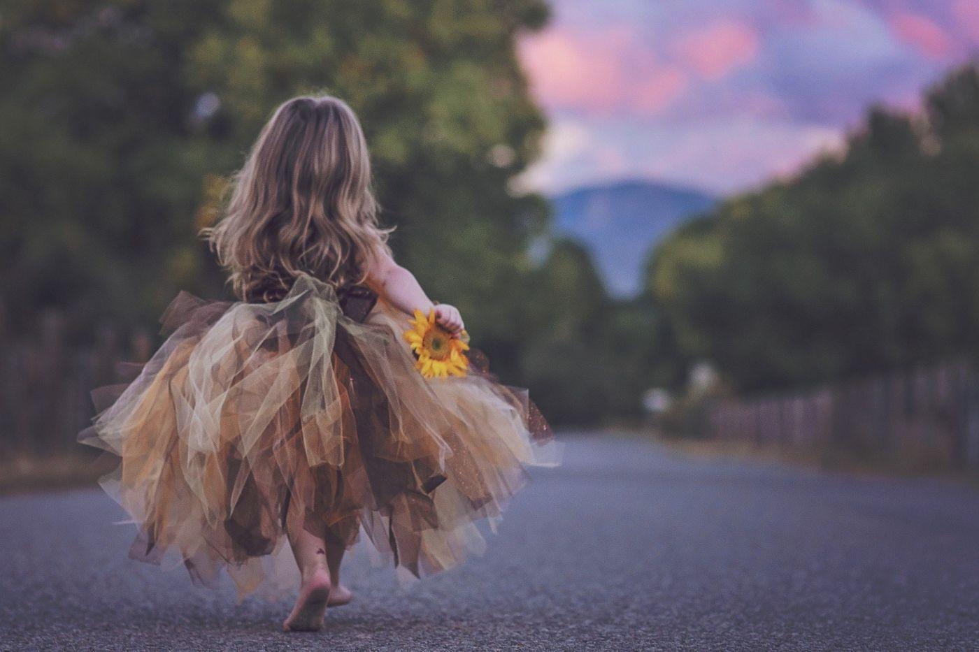 le départ d'une enfant qui part en voyage vers l'inconnu